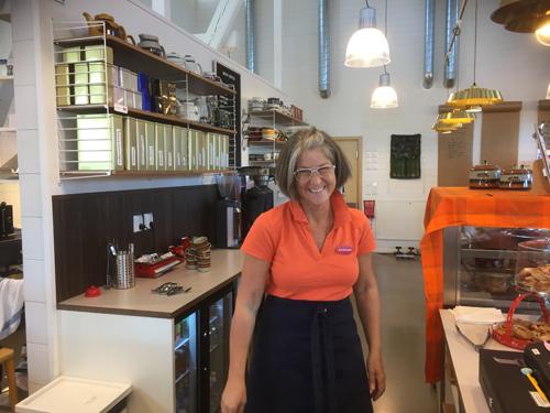Foto: Rolf Ström Katarina som driver Kaffeteriet i Borensberg.